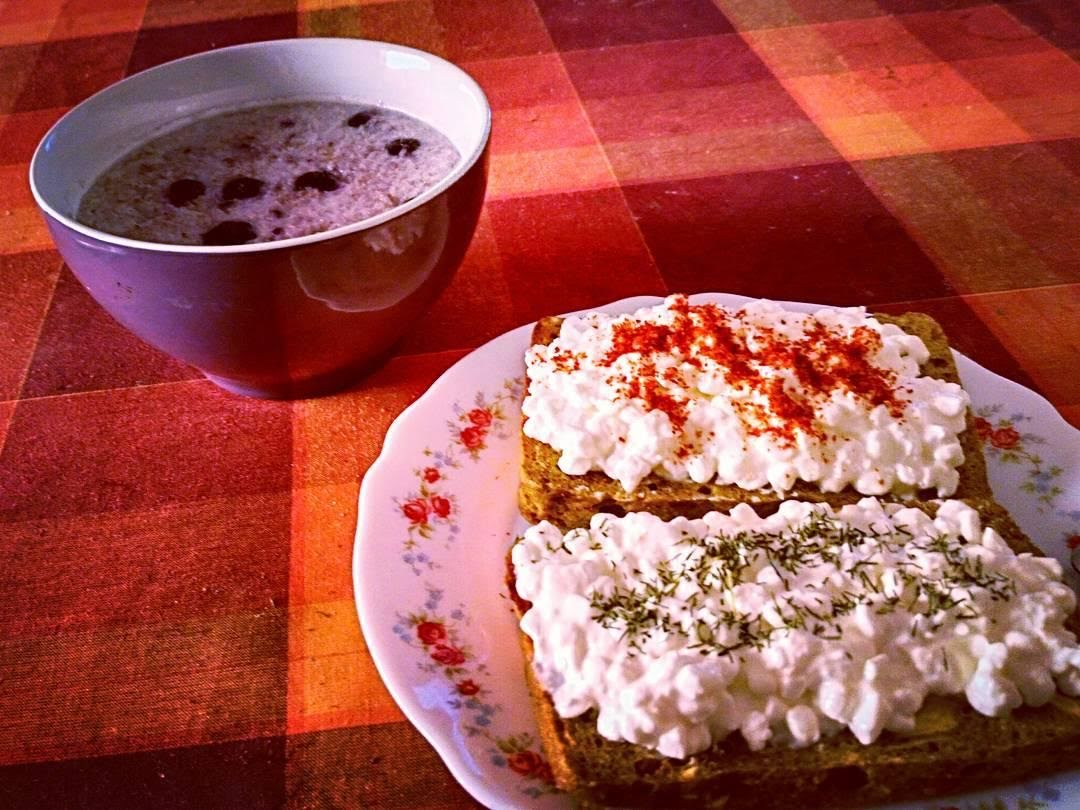 Pan tostado con requesón, aguacate y espinacas