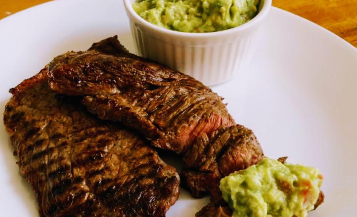 Carne asada con nopales y frijoles de la olla con aguacate