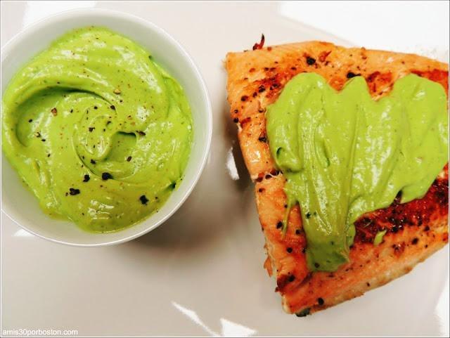 Salmón en salsa de aguacate con verduras asadas y arroz cocido
