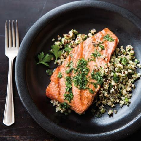 Salmón o medallón de atún con verduras asadas y quinoa