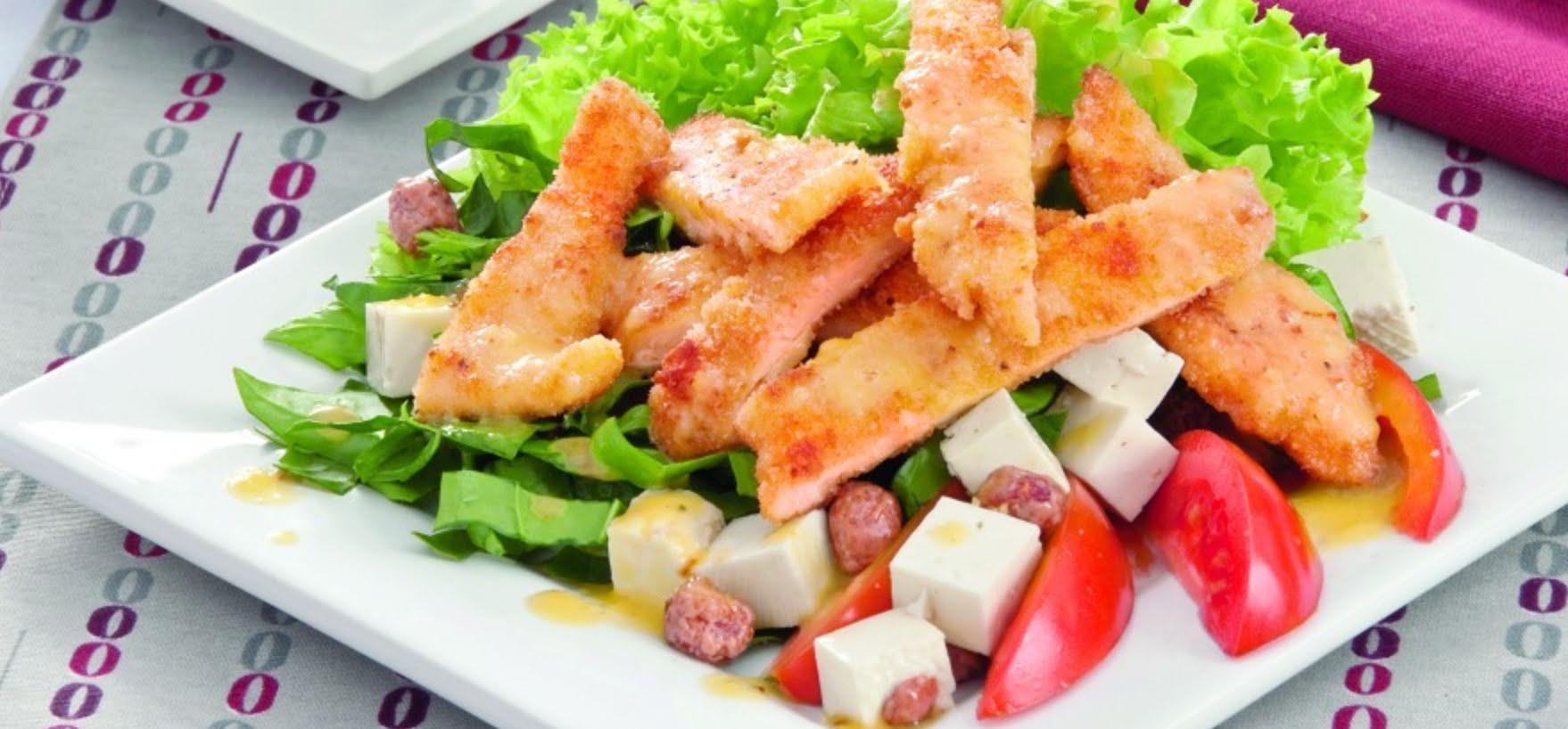 Ensalada de pollo con queso panela y aceite de oliva