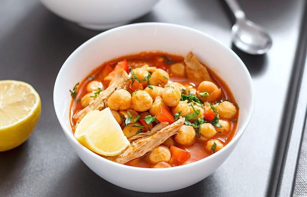 Sopa con pollo, garbanzos, aguacate y verduras