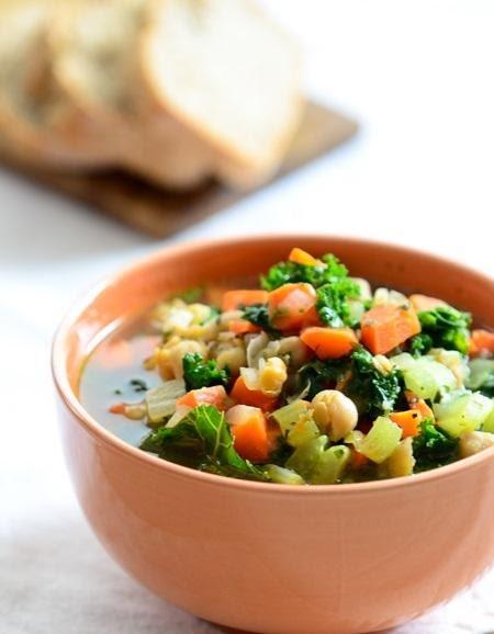 Sopa de verduras con garbanzos acompañar con tostaditas