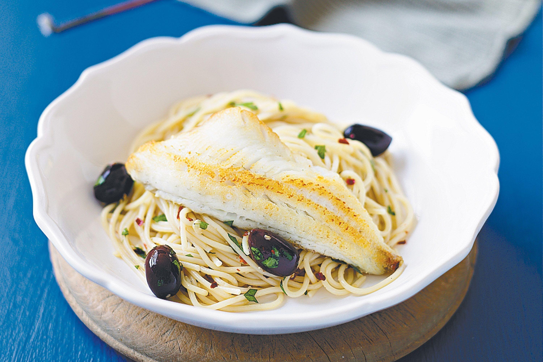 Pasta con aceite de oliva y pescado