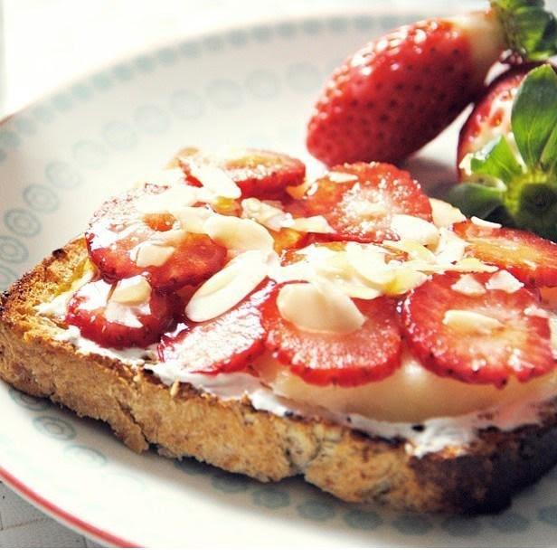 Pan integral con queso cottage, fresa y almendra