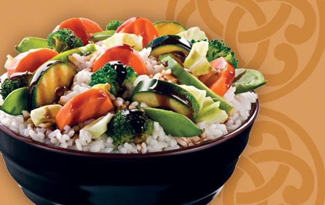 Bowl oriental de arroz con verduras salteadas