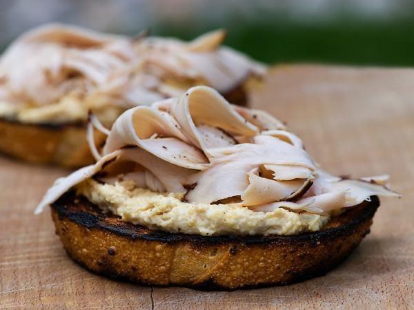 Sándwich de pechuga de pavo y hummus