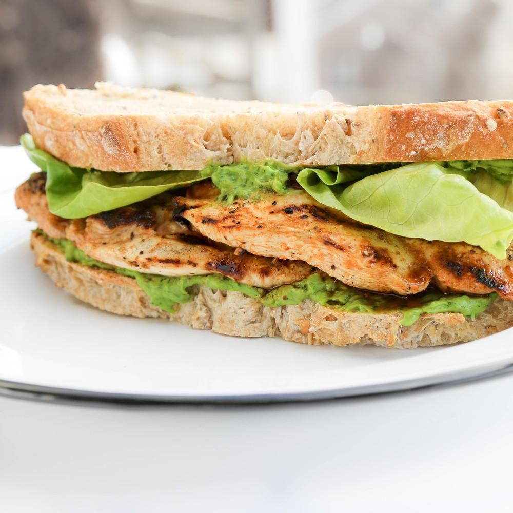 Sándwich de pollo con hierbas