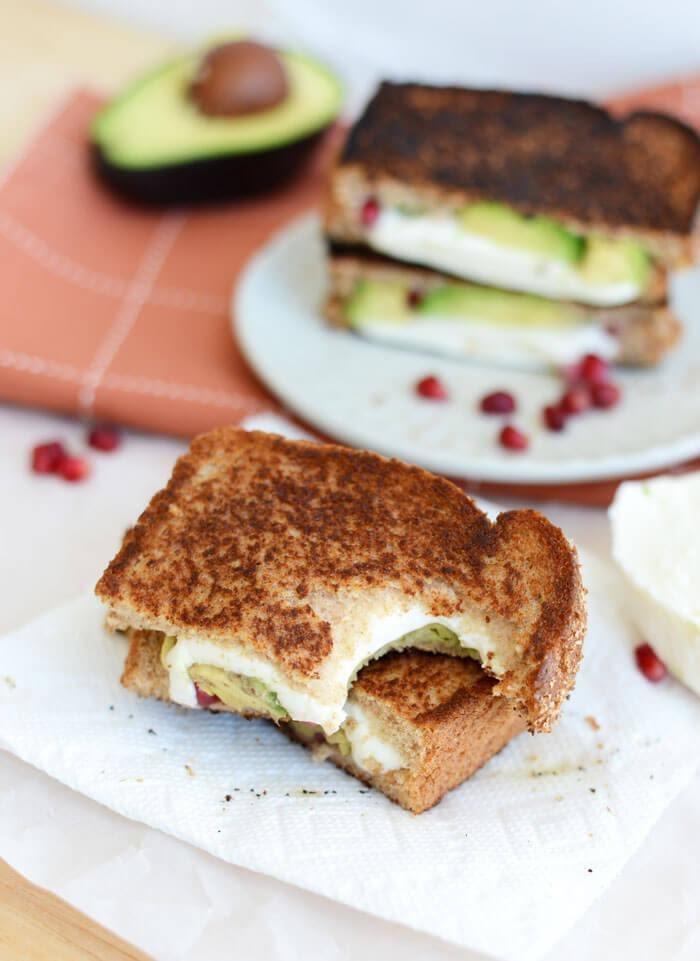 Sándwich de frijol, aguacte y queso
