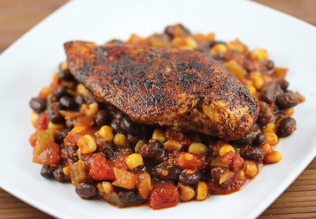 Pollo con ensalada de elote y frijol