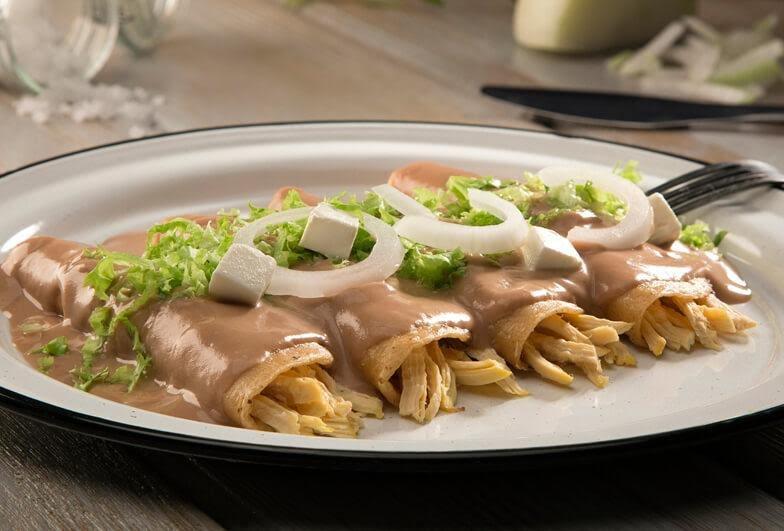 Enfrijoladas con pollo en tortilla de nopal