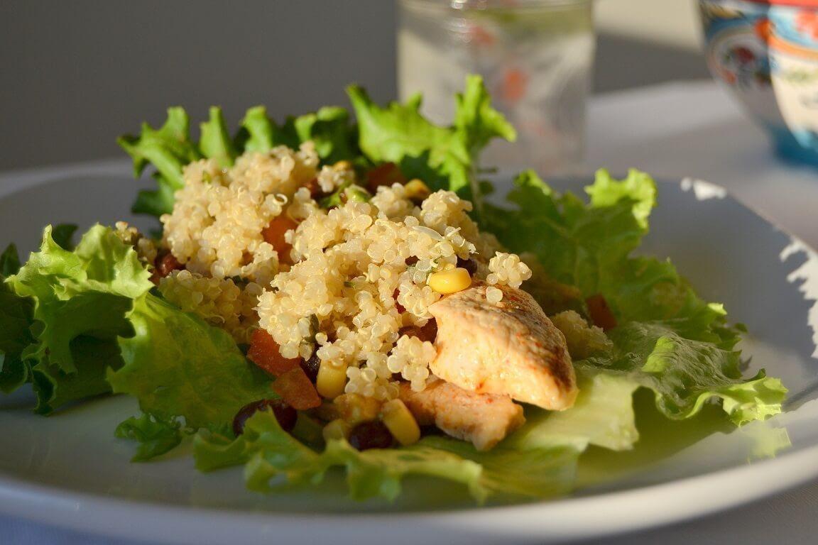 Tacos de lechuga con pollo y quinoa