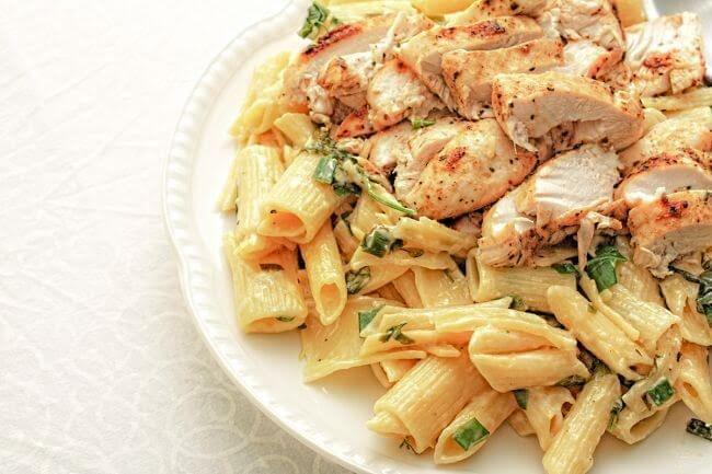 Pasta con pollo y hierbas