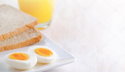 Huevo cocido con pan tostado