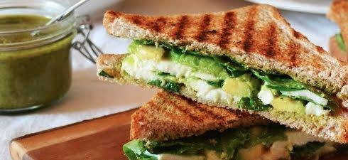 Sándwich de queso oaxaca y aguacate