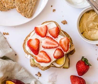 Pan con crema de cacahuate, requesón y fruta