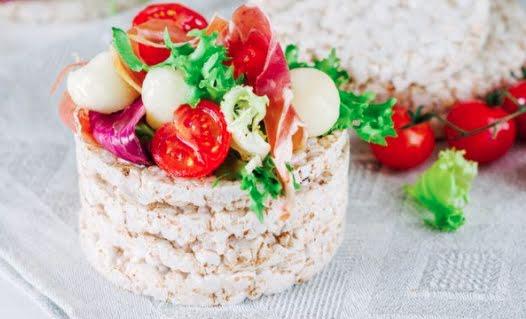 Tortitas de arroz con vegetales y huevo duro
