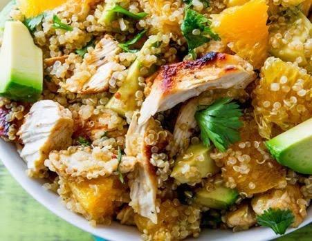 Ensalada de quinoa con pollo, naranja y cacahuate
