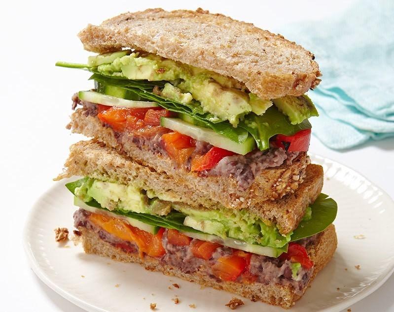 Sándwich de frijol y aguacate