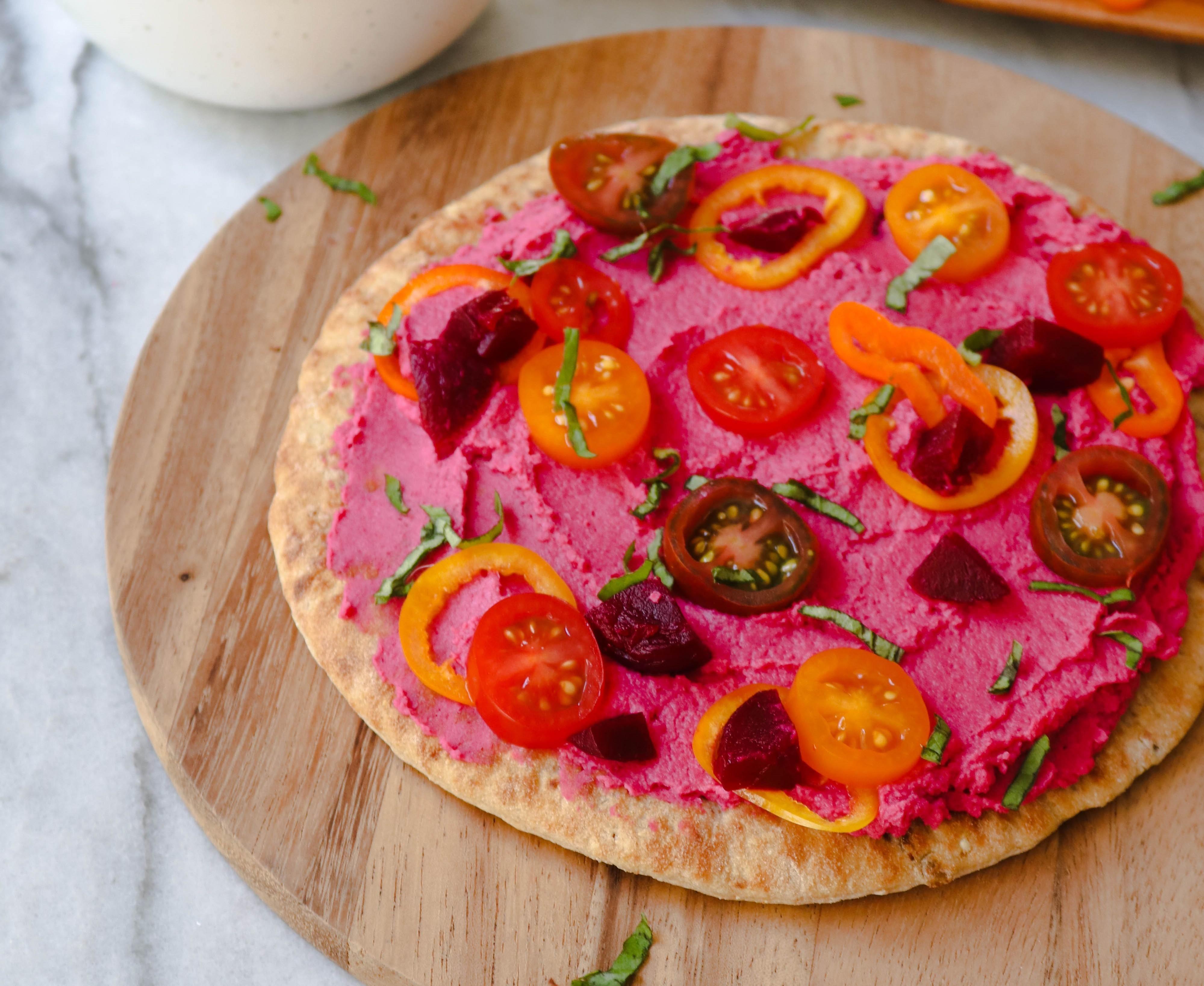 Pizzeta con hummus de betabel casero