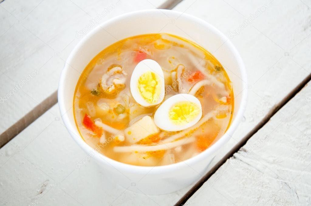 Sopa de fideos con huevo duro