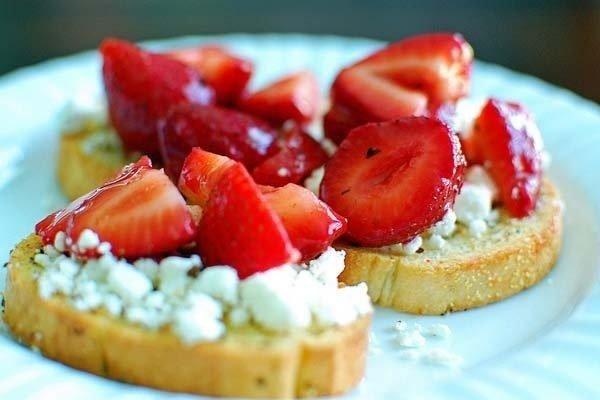 Tostada de queso de cabras y fresas