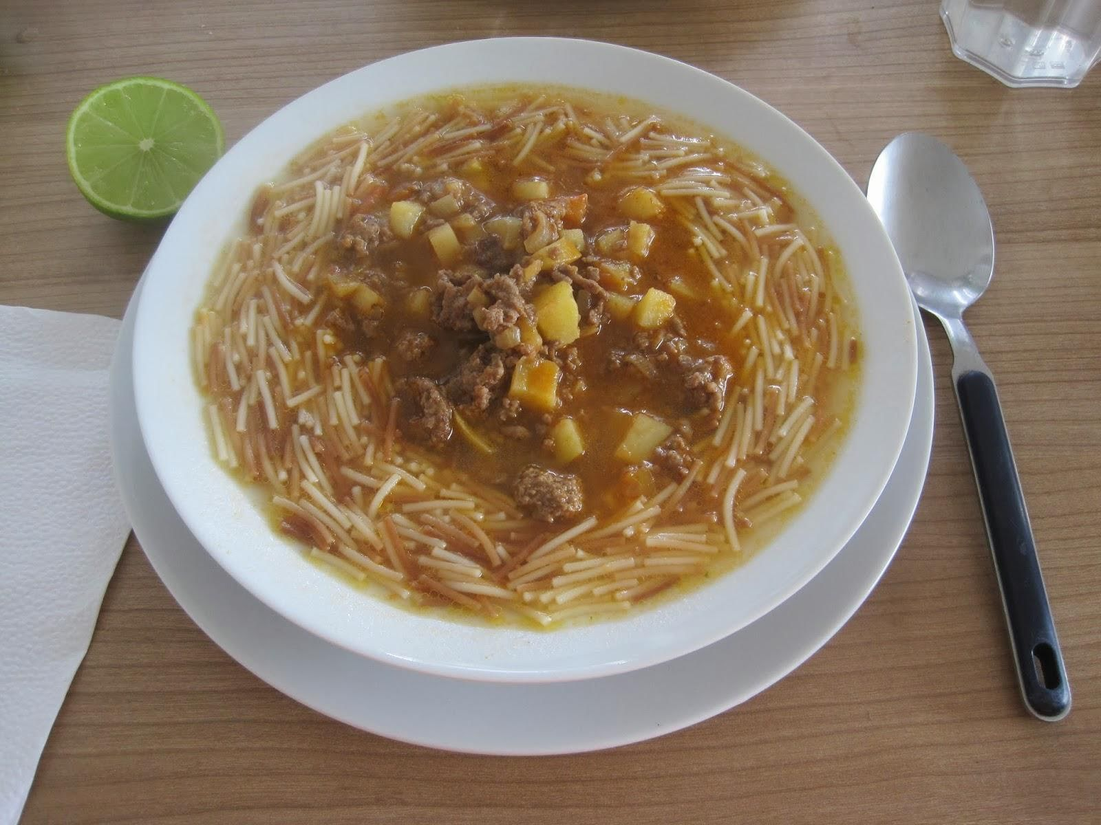 Sopa de fideos con picadillo