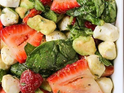 Ensalada de mozarella, frutos y aguacate