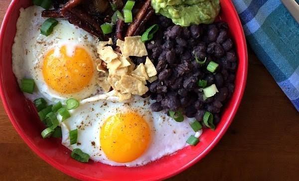 Huevos con frijol y guacamole