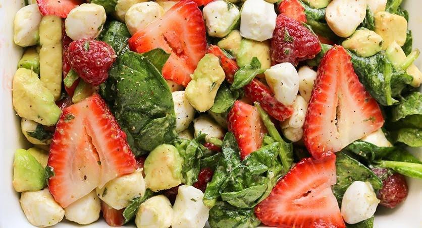 Ensalada de mozarella, fresa y aguacate