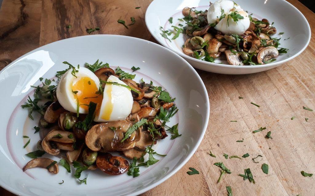 Huevo cocido con champiñones