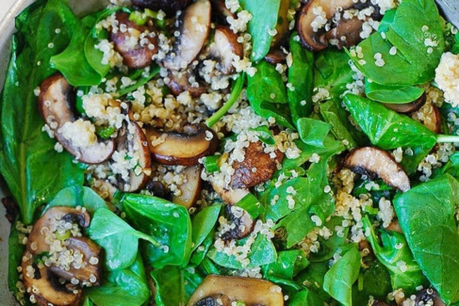 Ensalada de quinoa con pollo y panela en cama de espinacas con champiñon