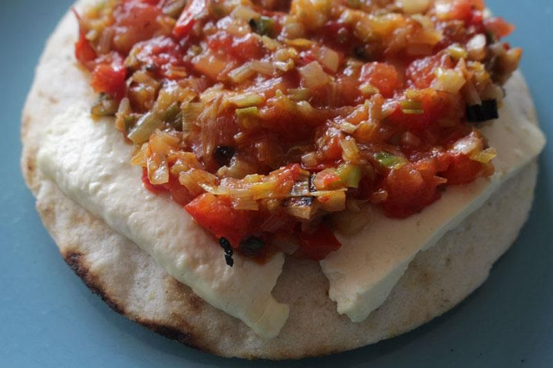 Arepa con queso y guiso de verduras