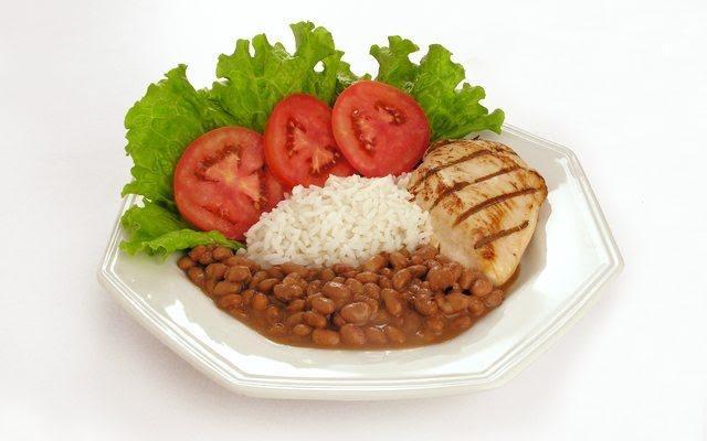Pollo con arroz, frijoles y ensalada