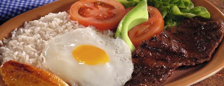 Churrasco con huevo, arroz y ensalada