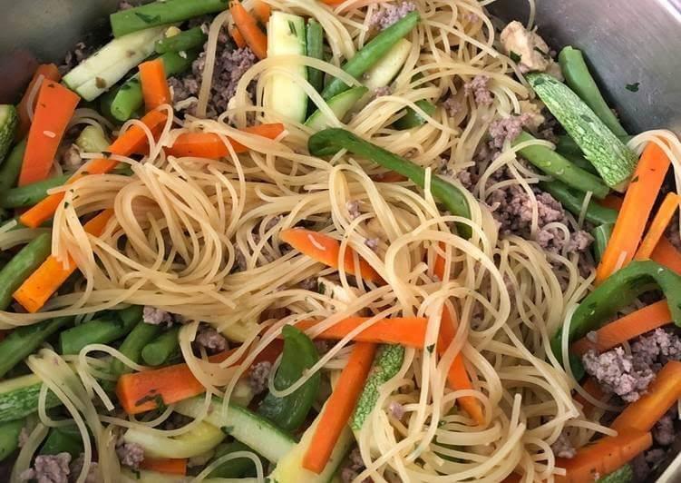 Espagueti de verduras con carne molida de pollo