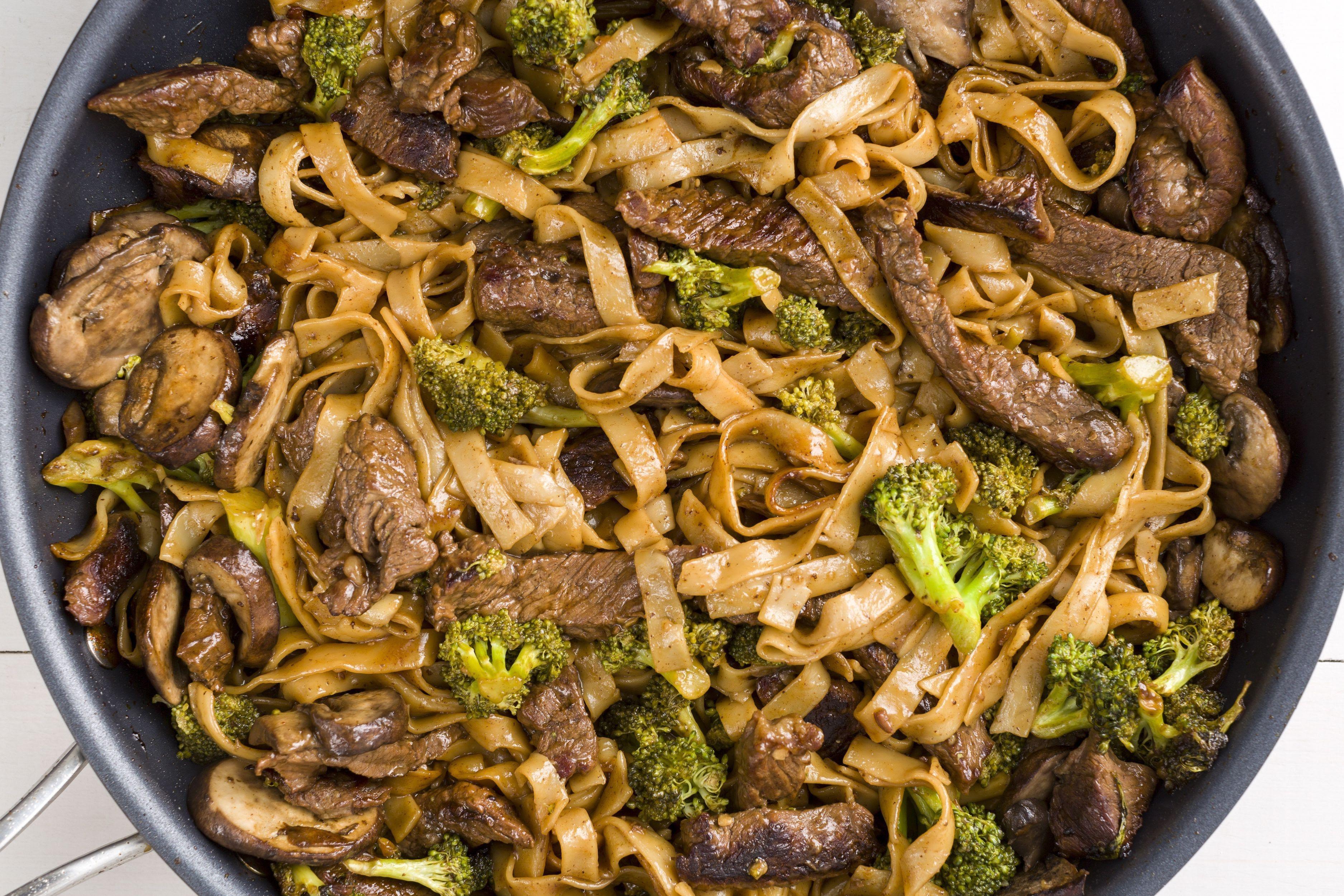 Tallarines con brócoli, carne y queso