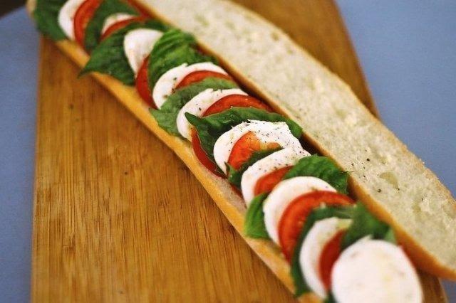 Bocadillo de tomate y queso