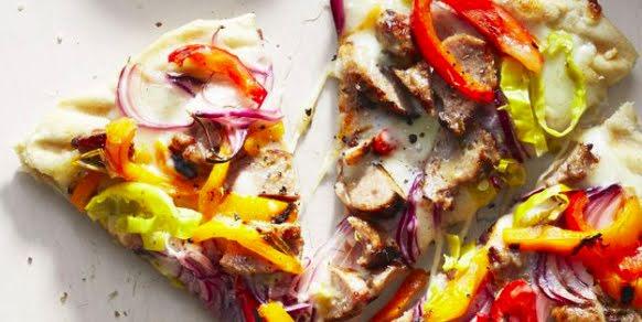 Pizza de res y vegetales en pan árabe