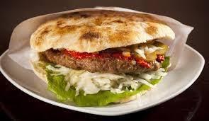 Hamburguesa de res en pan árabe