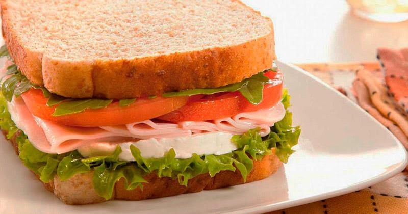 Sándwich de panela acompañado de fruta