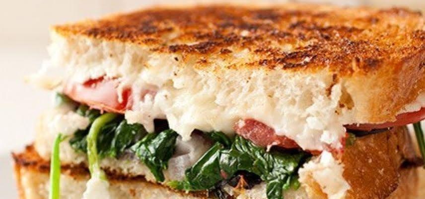 Sandwich de espinacas y champiñones