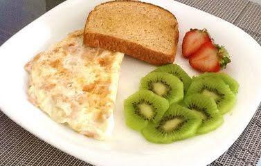 Clara de huevo con pan tostado y fruta