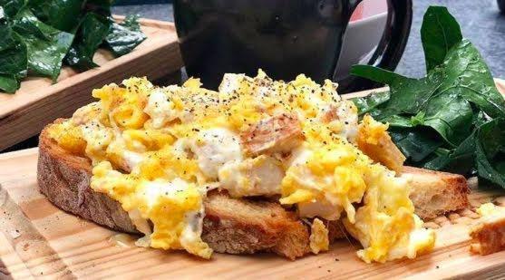 Toast de huevo con queso