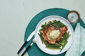 Chuleta de cerdo con ejotes y mantequilla de ajo.