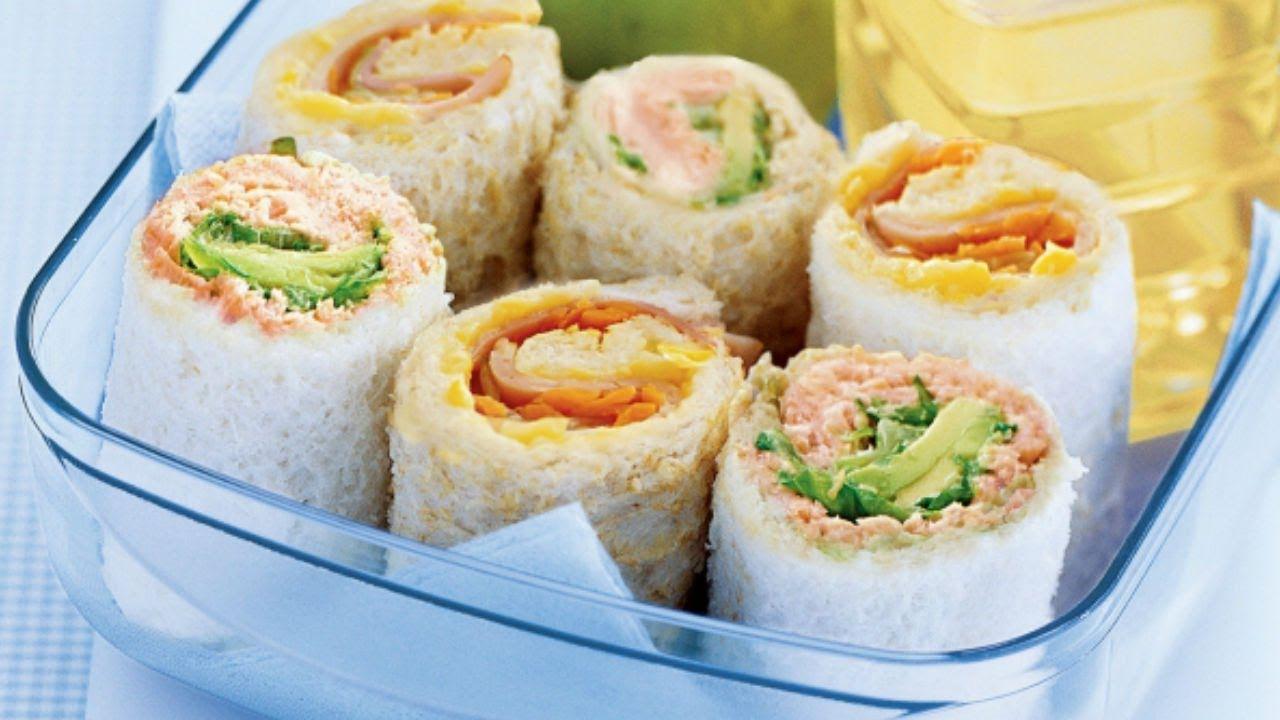 Sushi sandwich con pollo y espinacas.