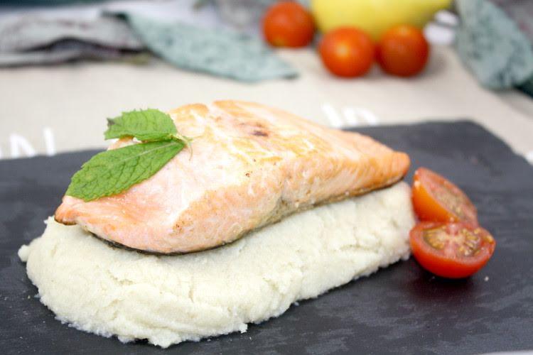 Salmón acompañado de puré de coliflor y pasta.