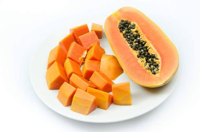 Papaya con crema de almendras y amaranto