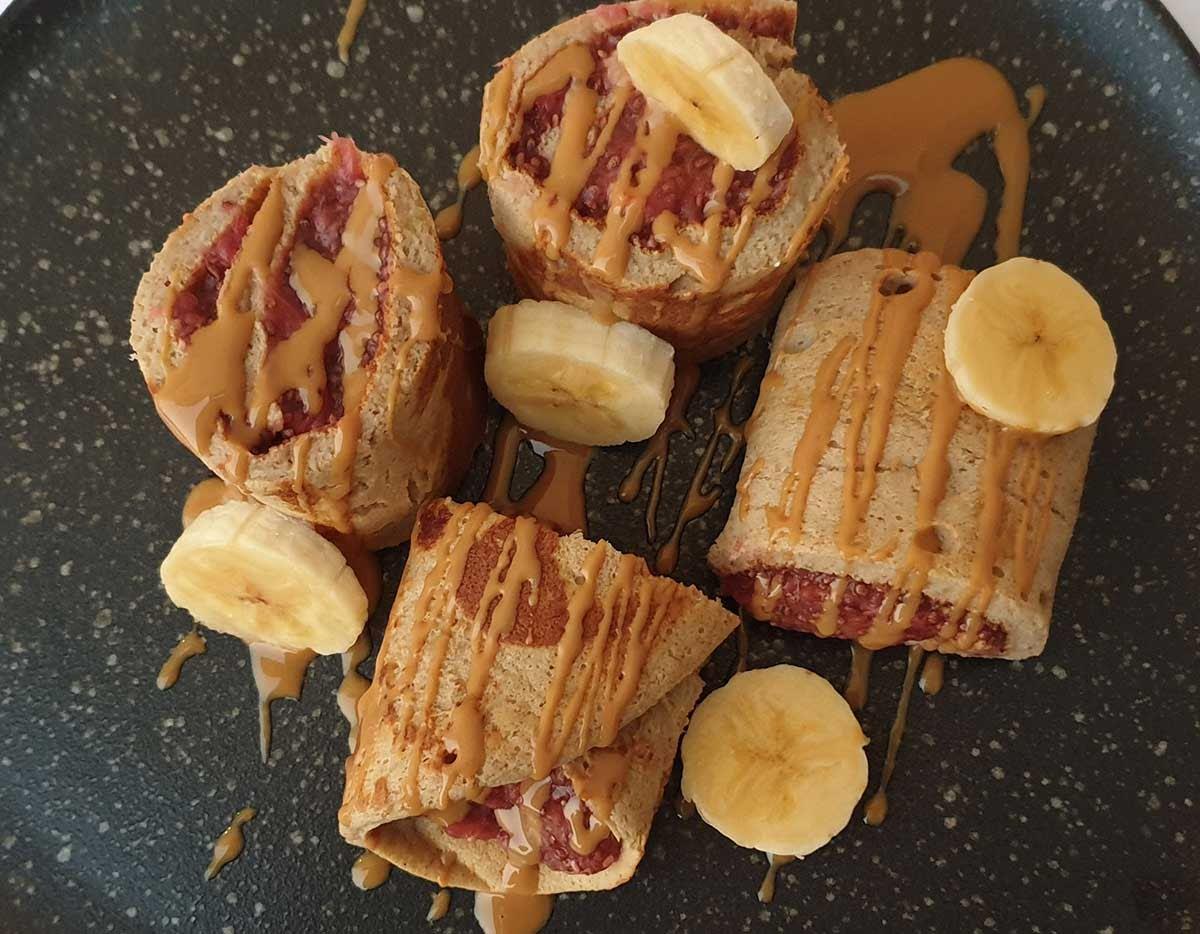Rollos de mermelada con plátano y crema de almendra o cacahuate.