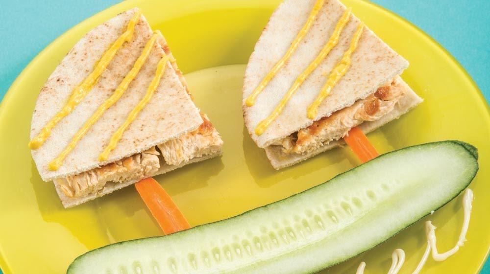Barquito de pan pita con pollo, pepino, aguacate y manzana